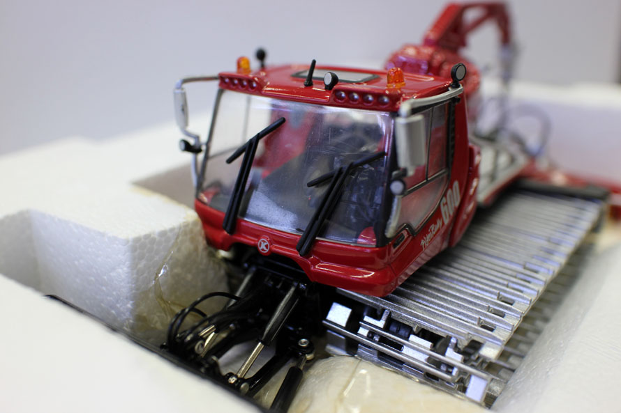 1:43 Pistenbully 600 Snow Cat with Crane Scale model by ROS, Pistenbully 600 Winde By Ros 1/43 Scale Diecast Model Collection New in Box.