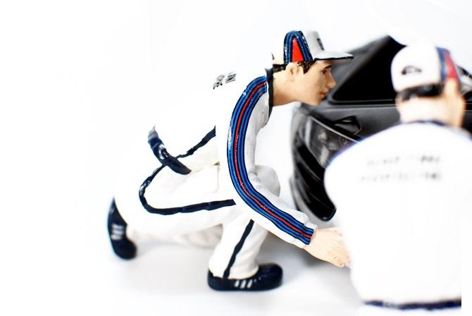 1/18 scale model Car mechanic, Wearing White overalls martini porsche Car Repairman Action Figure Model, Car Repair Worker Diorama, Suitable for 1:18 scale model car scene.
